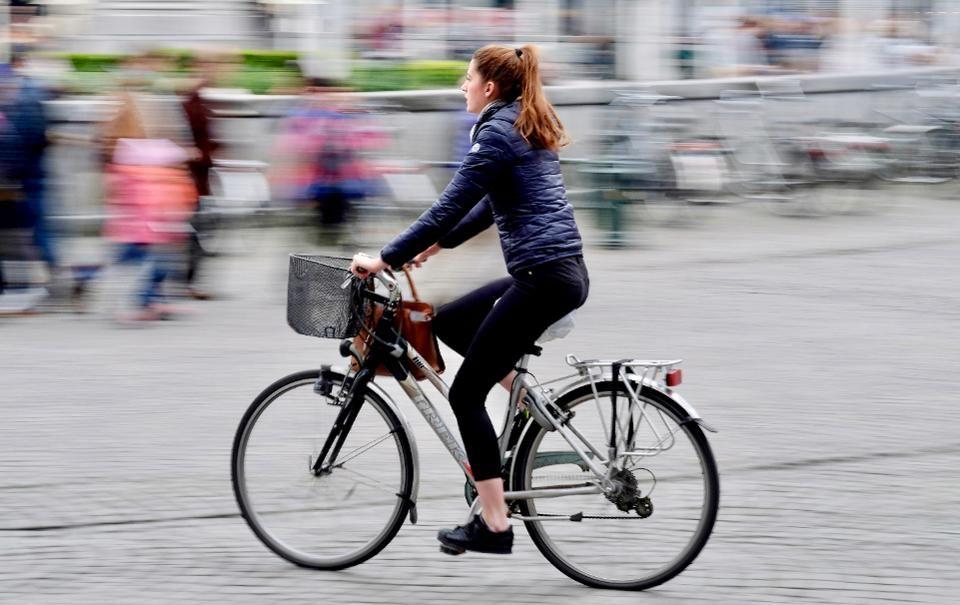 Зато не на работе девушка на велосипеде вязание на спицах модели с описанием работ