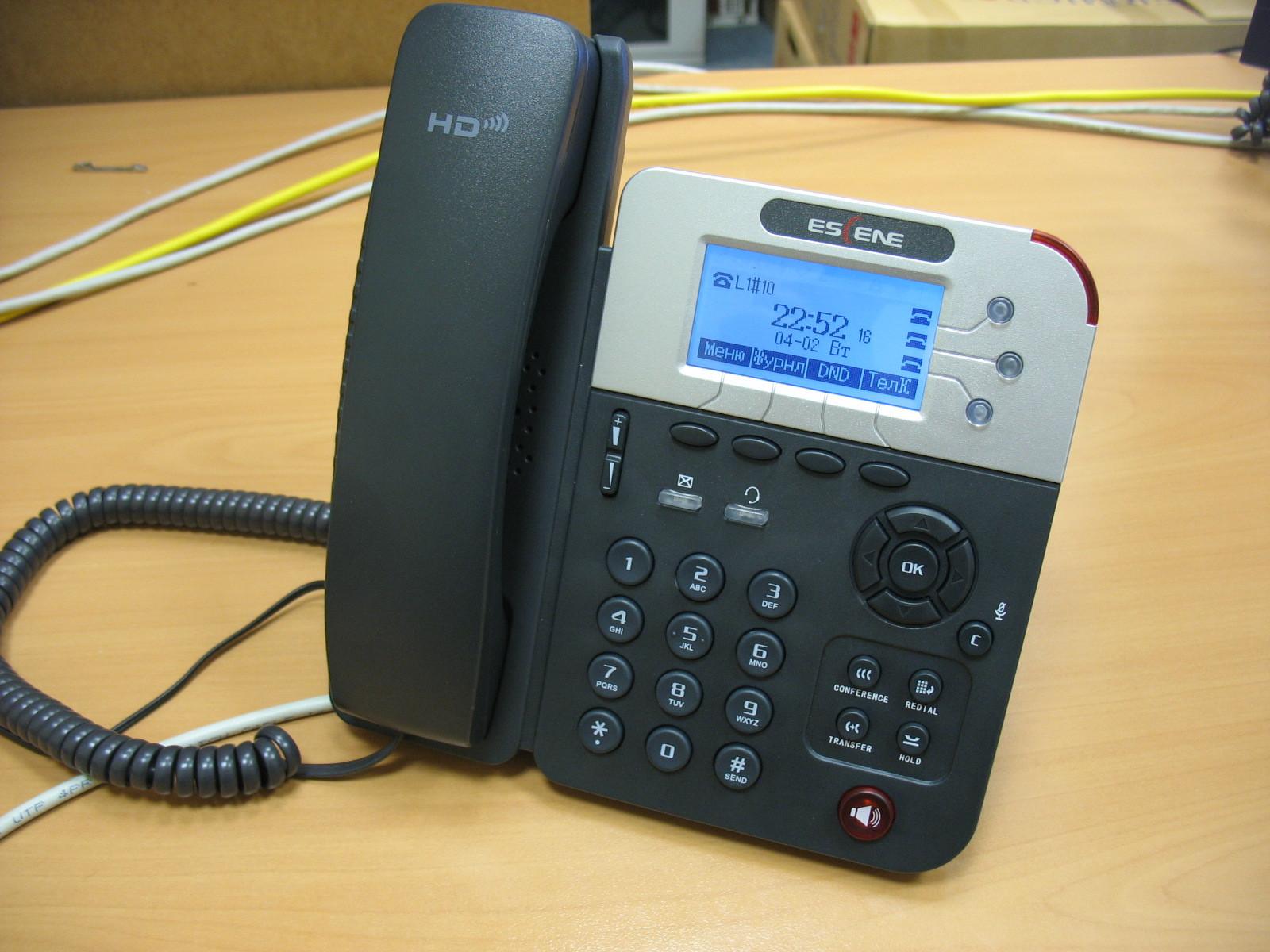 Вид телефона на столе.
