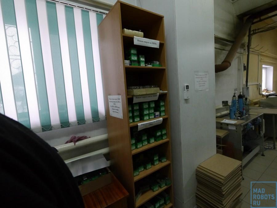 Рядом стоит большой шкаф со