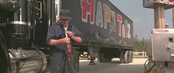 Топливозаправочная колонка-убийца — кадр из фильма «Максимальное ускорение»