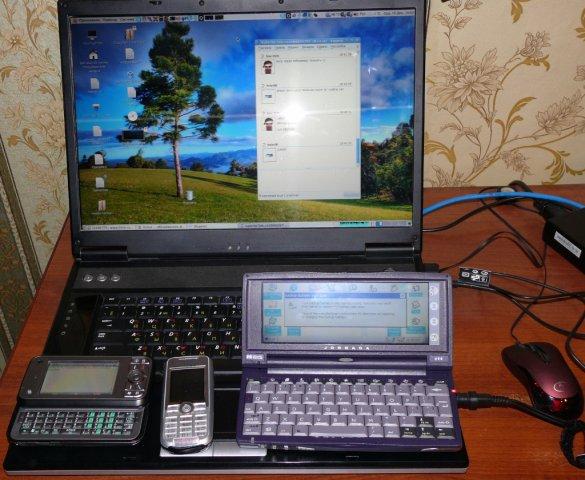 Toshiba g900, SE k700i, HP Jornada 690, на фоне ноутбук RoverBook