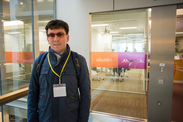Михайло біля офісу Canonical