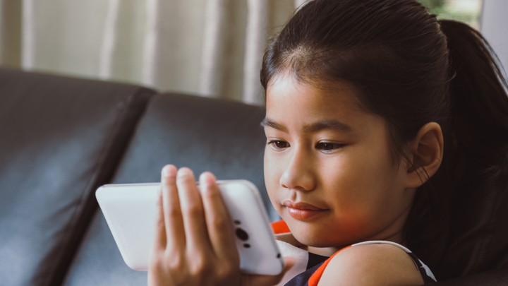 efceb1ebef70 Уже несколько месяцев Кара набиралась смелости для того, чтобы поговорить с  мамой о том, что она увидела в Instagram. Не так давно эта 11-летняя  девочка ...