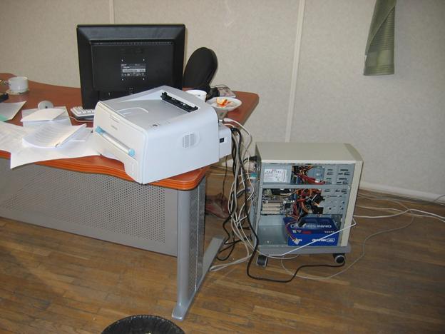Фото 1. Первый дата-центр компании Veeam Software, 2006 год. Здесь уместились виртуальный контроллер доменов, почтовый сервер, file/print сервер. Суммарная стоимость - $600.