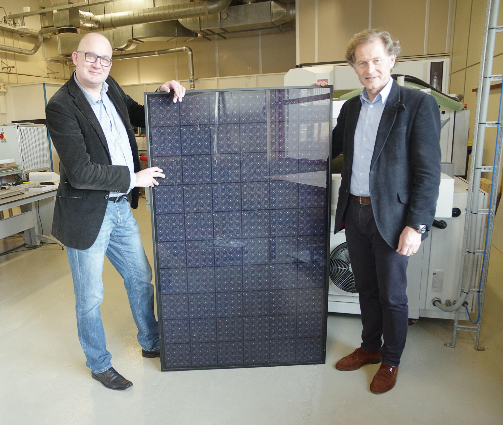 Даниэль Куйк слева и и финансовый директор Берт Шувс справа с продукцией завода