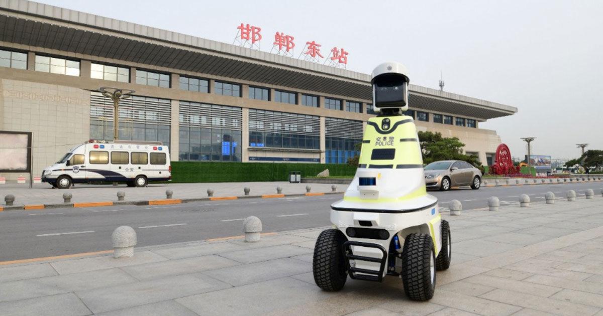 Китайцы стали использовать на дорогах роботов-полицейских