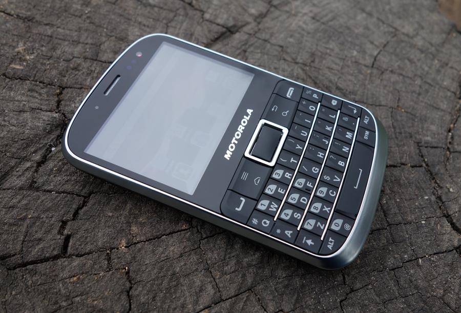 [recovery mode] Обзор Motorola Defy Pro – защищенного ретро-смартфона с QWERTY-клавиатурой