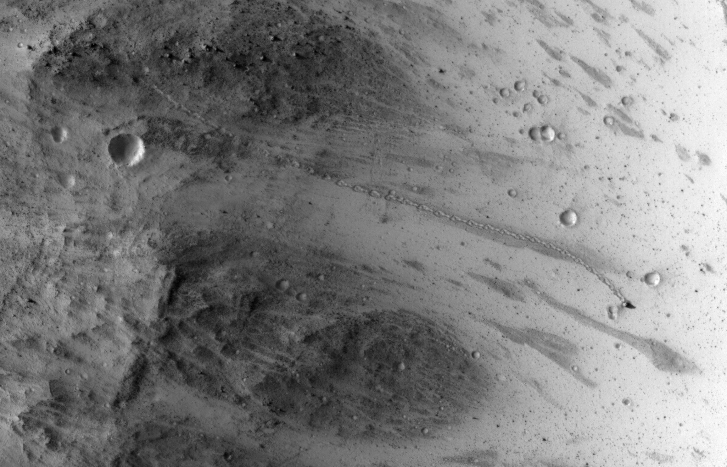 Марсианский булыжник оставил след, видимый с орбиты