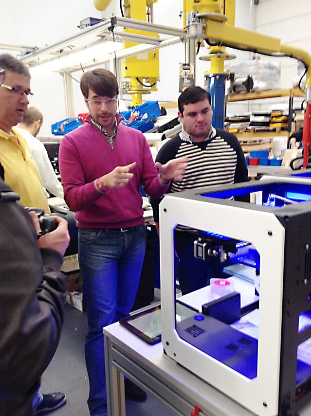 Марио рассказывает колумбийским дистрибьюторам о своей страсти, 3D-принтерах