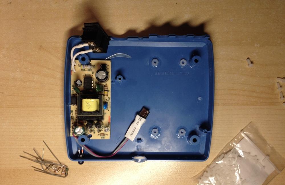 Блок питания внутри импровизированного корпуса babooshka.tv. Не забудьте отпаять конденсатор перед выпиливанием боковой прорези.