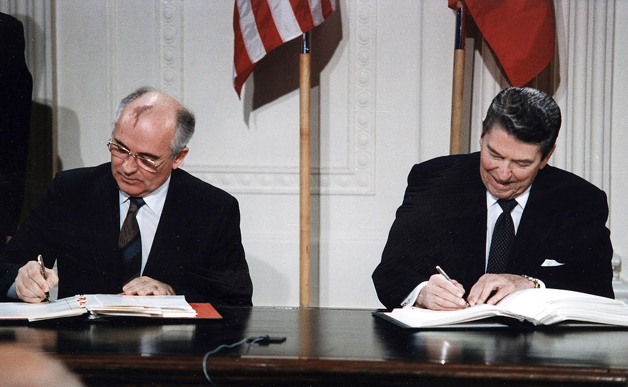 Горбачев и Рейган подписывают ДРСМД 8 декабря 1987 в Рейкьявике. Источник: Ronald Reagan Presidential Library