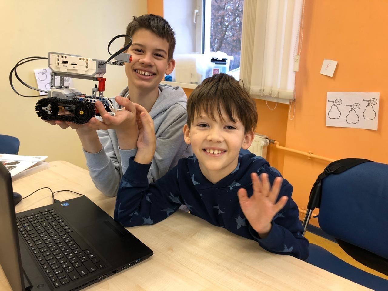 """Дети на занятиях по робототехнике в школе """"Пиксель"""""""