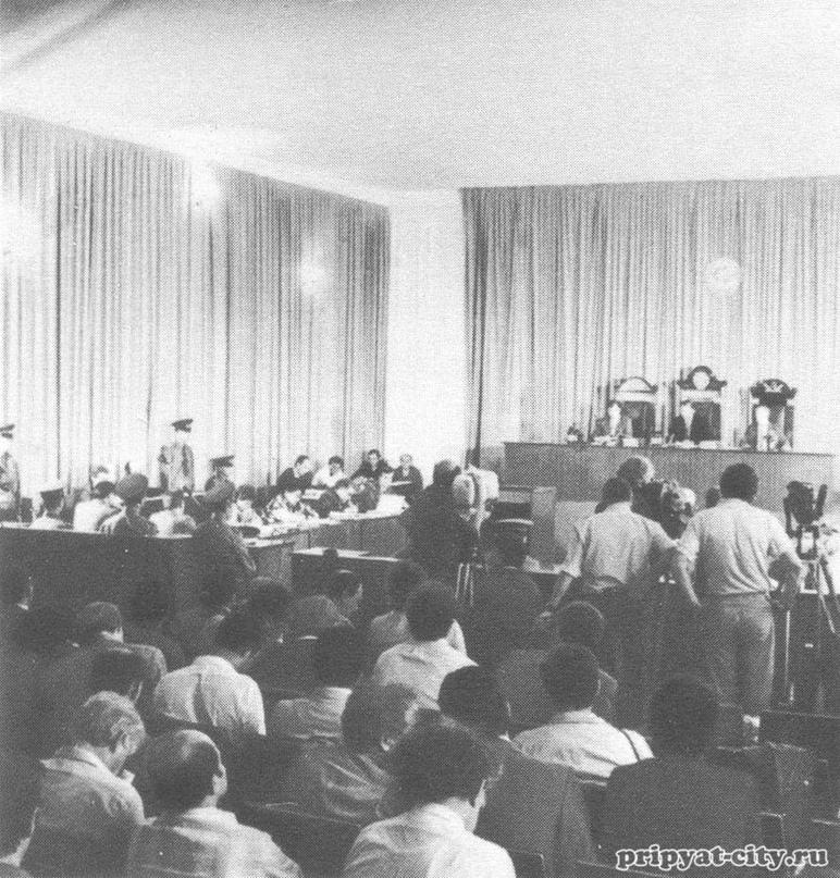 Актовый зал чернобыльского ДК, превратившийся в зал судебных заседаний. Судя по наличию телекамер — это или первое, или последнее заседание