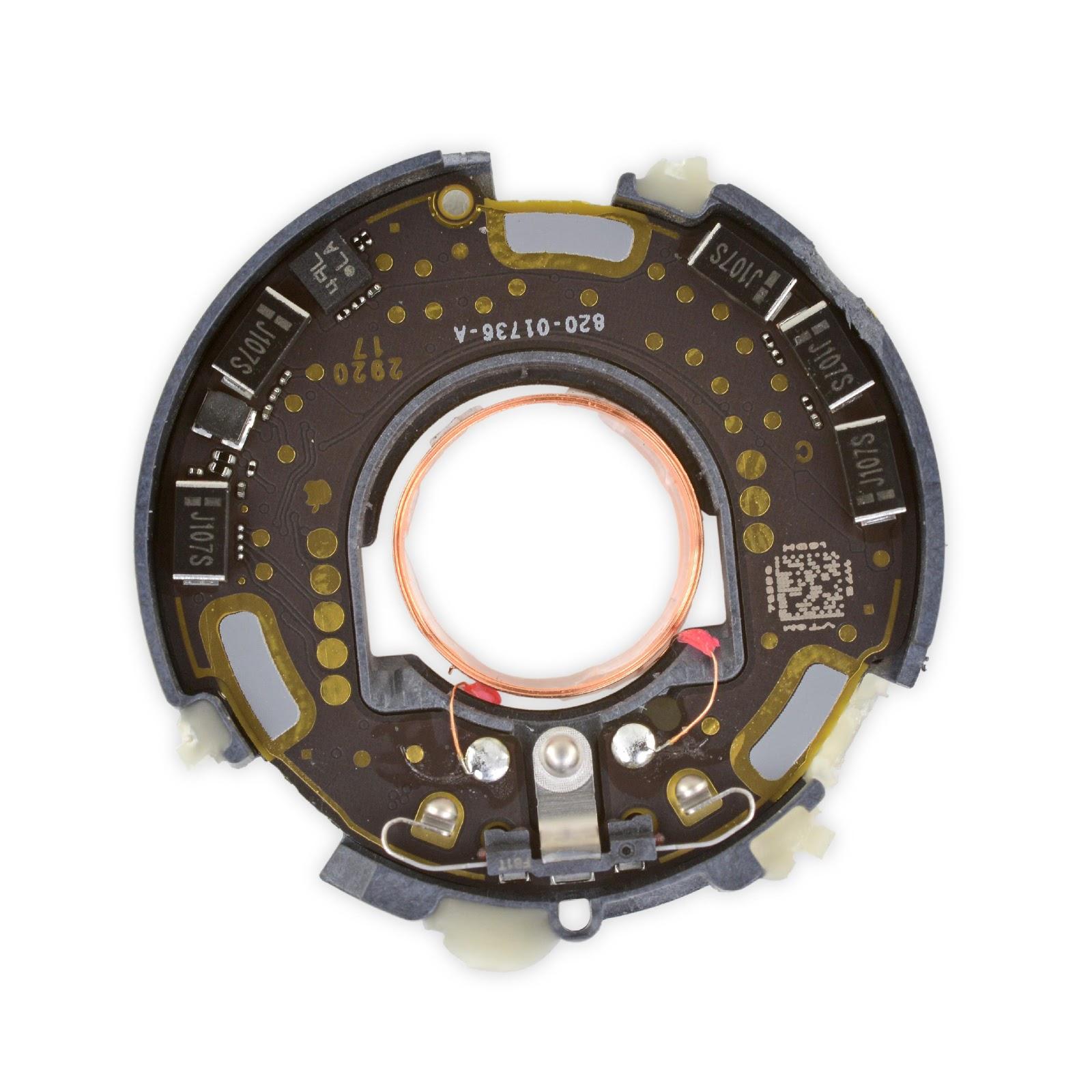 Первая сторона логической платы AirTag, на которой размещается трёхосевой акселерометр Bosch Sensortec BMA28x, также встречается в других продуктах Apple.