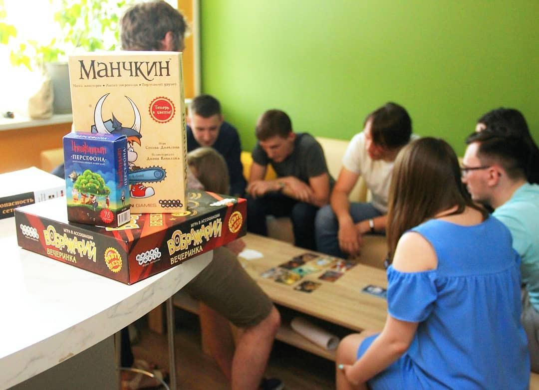 Сотрудники самарского офиса играют в настольные игры