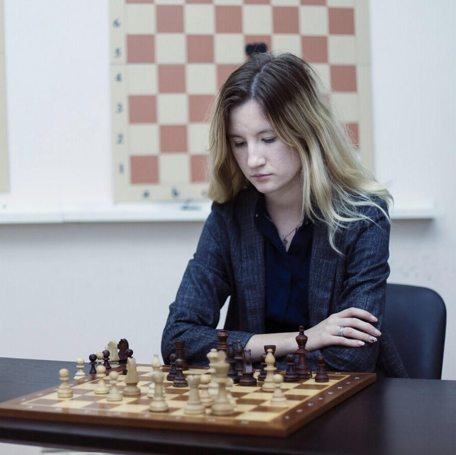 С декабря к нам подключилась Лена Вербова — мастер ФИДЕ и участница сборной Узбекистана по шахматам. Она делает контент для уровня «Эксперт».