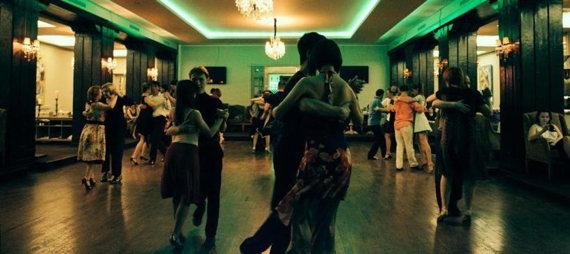 Это снимок с настоящей московской милонги, взят с сайта LocalWay