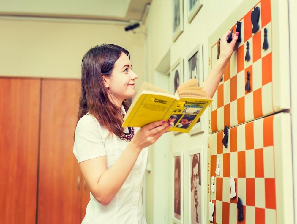 В итоге я нашел методиста: Марию Лапину (Лысенко)  она пишет свои книги, преподает уже девять лет и ее ребята занимают места на разных турнирах.