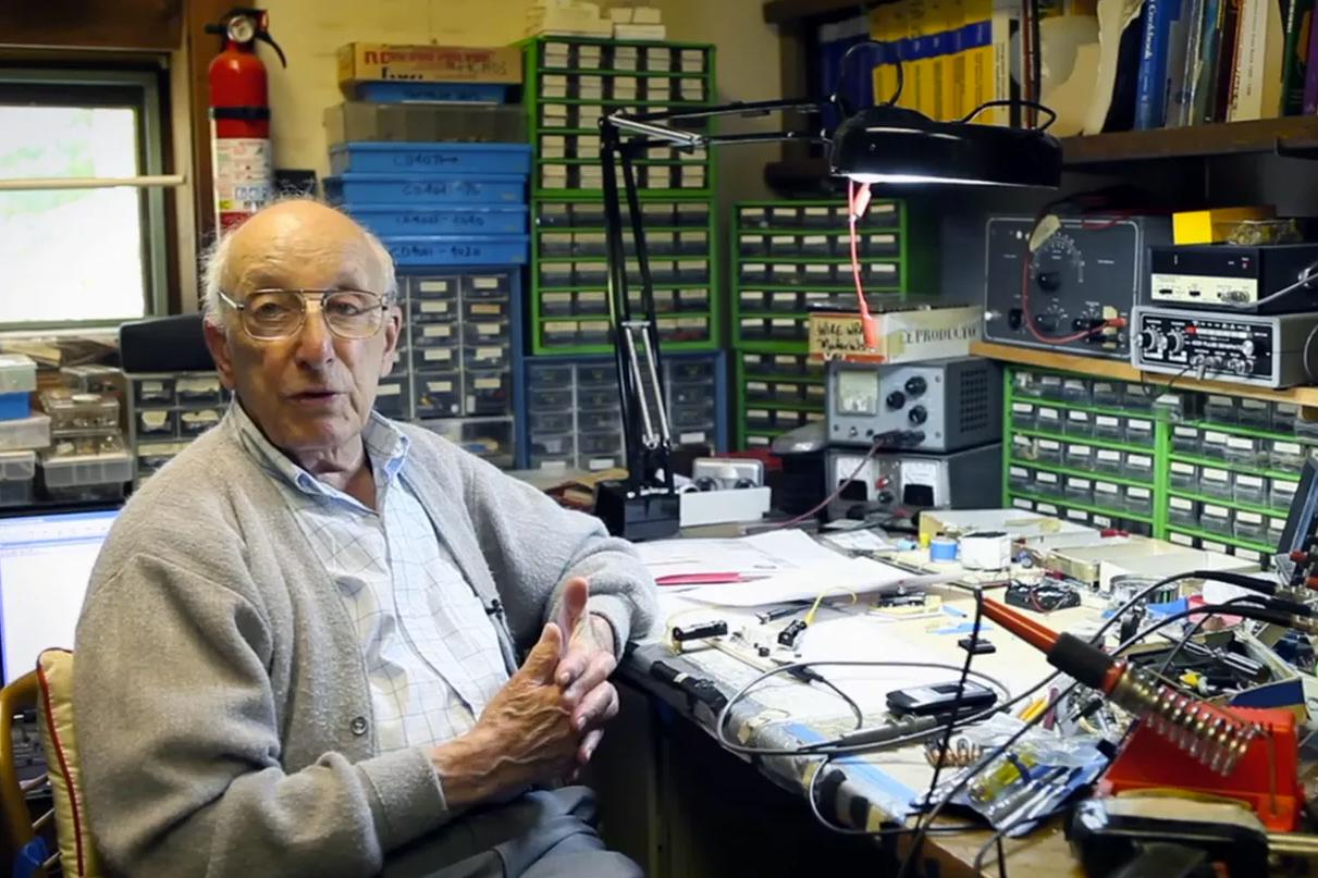 Ральф Баер в своей домашней мастерской. 2012