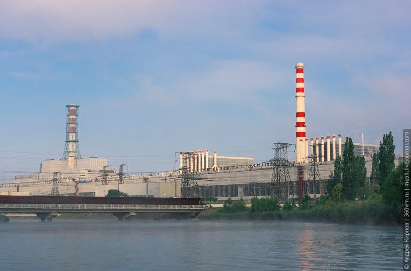 Панорама Курской АЭС, вид со стороны машзала. Видны и два первых блока (ближние, с кучей труб), и третий с четвёртым, размещённые в дубль-блоке (дальние, с большой трубой как на ЧАЭС)