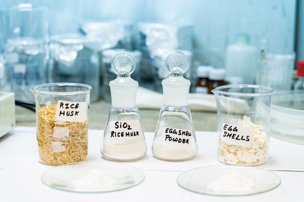 Исходным сырьем может быть рисовая шелуха или даже яичная скорлупа