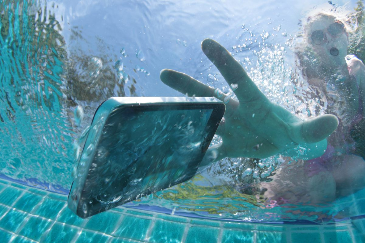 Почему убивают смартфоны в ванне?