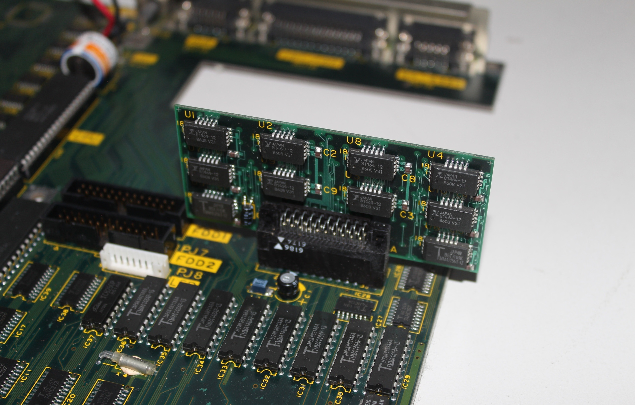ОЗУ Toshiba T1100. Часть памяти распаяна на плате, часть на съемном модуле