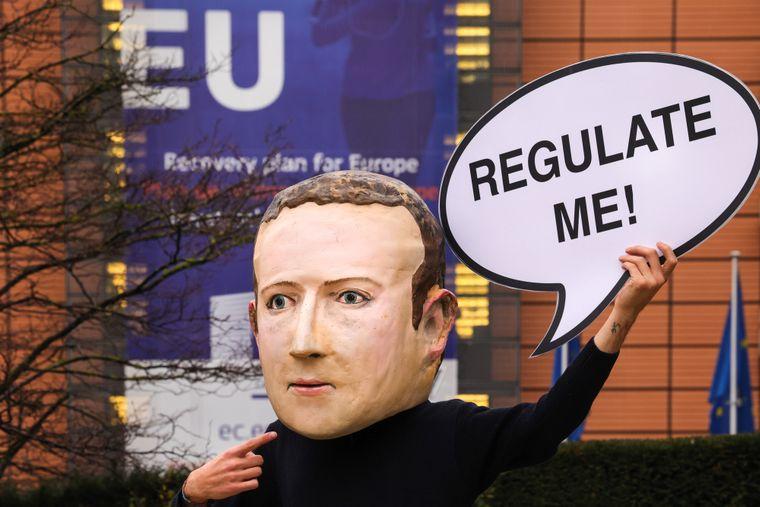 Кто-то похожий на Марка Цукерберга требует «отрегулировать» себя