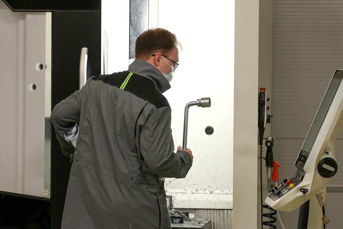 Рабочие процессы на фрезерном станке в S7 R&D. Фото автора