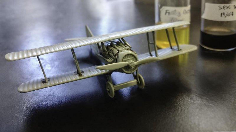 Модель самолета, собранная с помощью нового клея / Tufts University