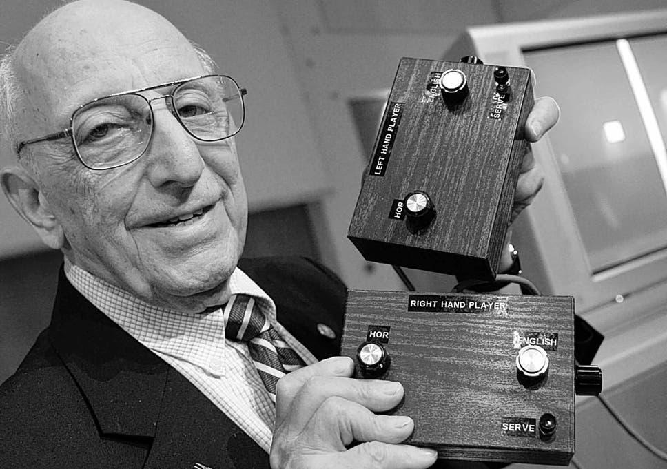 Ральф Баер держит в руках контроллеры «коричневой коробочки»