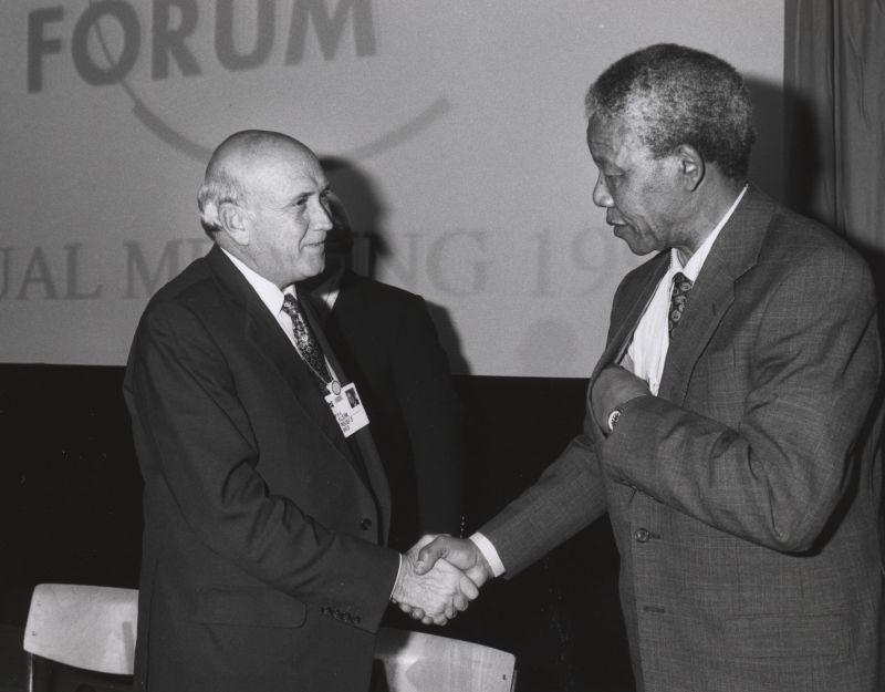 Фредерик де Клерк (слева). Президент ЮАР, освободивший Нельсона Манделу (справа) и сделавший ЮАР первой в мире страной, отказавшейся от имеющегося у нее ядерного оружия. Фото: Википедия.