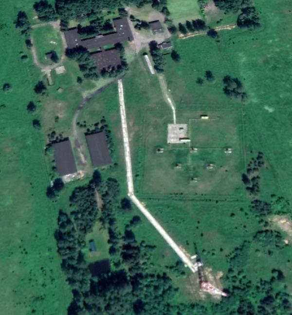 """Калибровочная башня комплекса 1511/1 SIGINT, расположенная примерно в одном километре к югу от основного объекта, отбрасывает длинную тень на этом изображении Google Earth, сделанном 4 июня 2020 года. К северу от башни расположены спутниковые антенны старого комплекса """"Момент"""" SIGINT."""