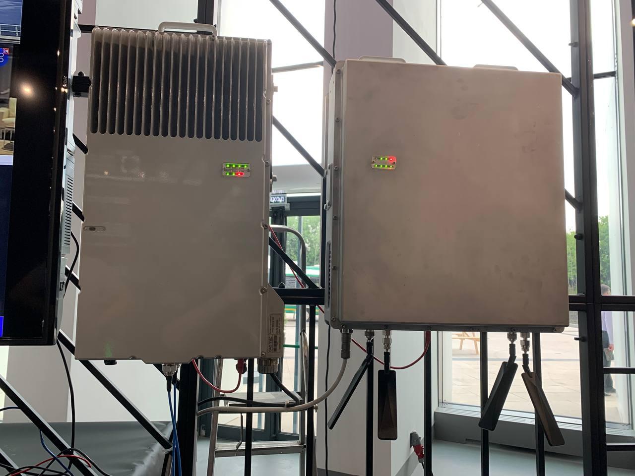 Слева - базовая станция 4G, справа - прототип базовой станции 5G (стенд Ростеха)