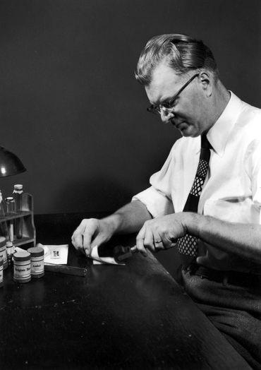 Изображение №1. Честер Карлсон в своей лаборатории