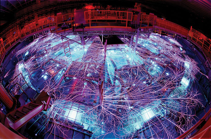 В Z-машине для генерации высоких температур, высоких давлений и высокоэнергетических рентгеновских лучей используются электрические токи и магнитные поля. При помощи этой установки ученые изучают уравнения состояния тех веществ, из которых состоят планеты. Иллюстрация: Randy Montoya/Sandia National Laboratories