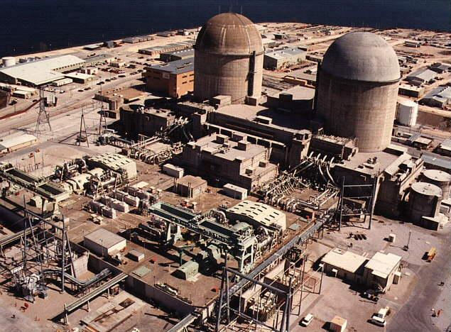 Более наглядное фото второй АЭС в Техасе - Comanche Peak, с подобными же облегченными машзалами.на переднем плане