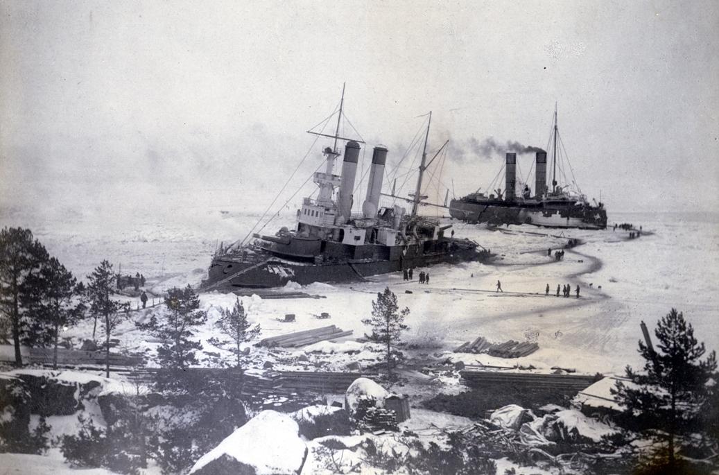 «Ермак» помогает вызволить изо льдов  броненосец «Генерал-Адмирал Апраксин» у острова Гогланд в Финском заливе, 1900 г.