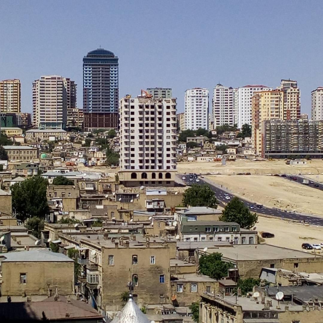 Вид открывающийся с балкона моей комнаты в Баку.