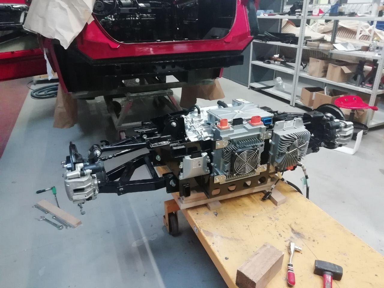 Задняя многорычажная подвеска в сборе с мотором и установленными элементами высоковольтного оборудования