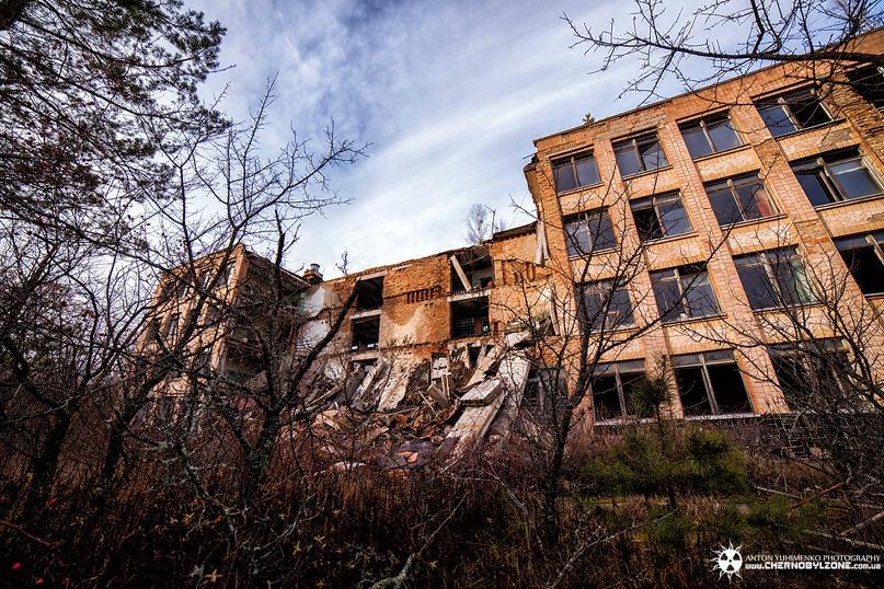 Обрушившаяся часть школы №1. Это первое обрушившееся в городе здание (2007 год), оно так же попало в ЗП. На данный момент в городе не менее 7 частичных обрушений