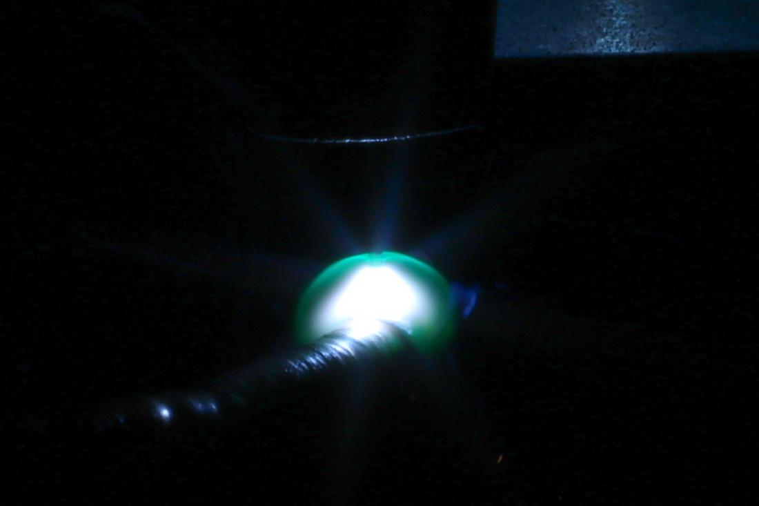 Облако плазмы вокруг электрической дуги в процессе проволочно-дугового выращивания в S7 R&D. Фото автора