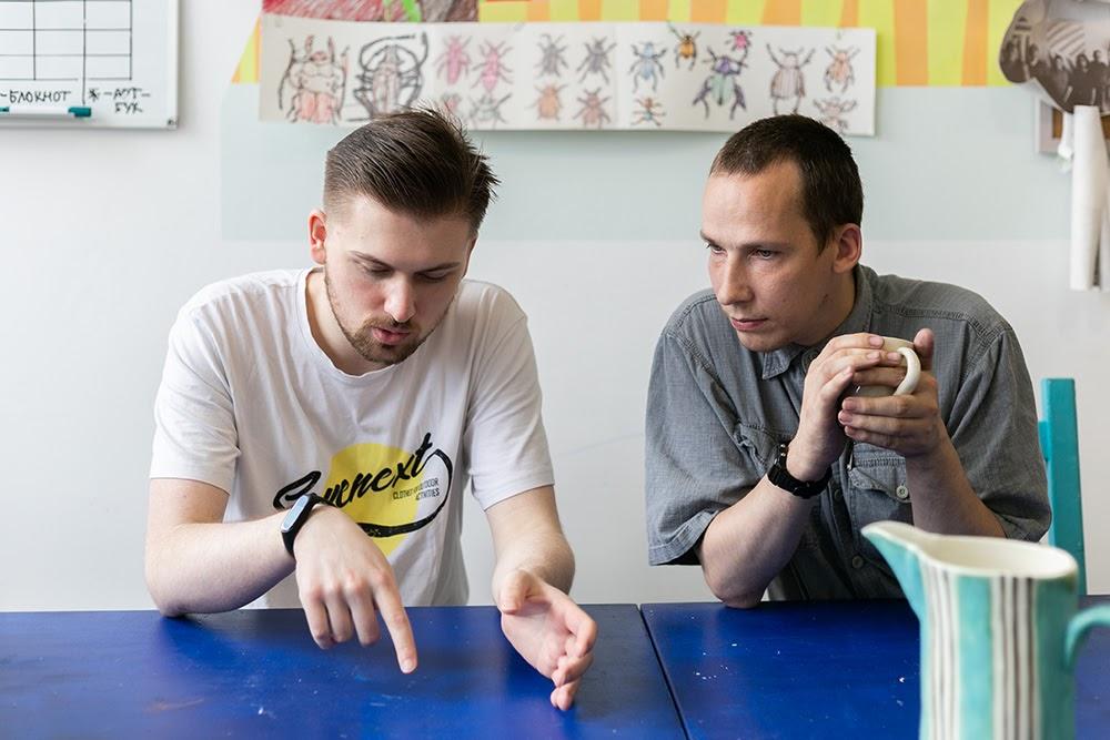 Участник проекта «Цифрология» Александр Марков обсуждает алгоритмы обучения нейросетей с коллегой из Центра компетенций по продвинутой аналитике «Газпромнефти»