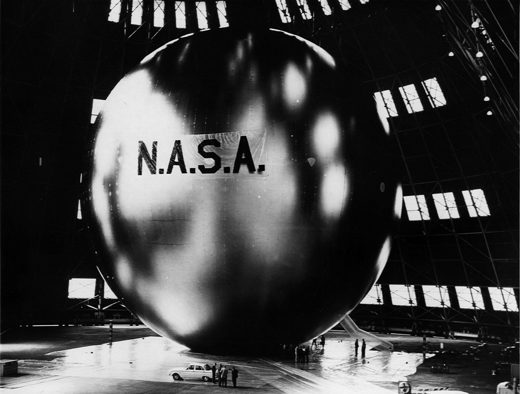 """Это - спутник """"Echo"""". Металлизированный баллон диаметров в 100 футов из шестидесятых. И возможный прототип для орбитальных """"Зеркал Архимеда"""". Материалы официального сайта NASA"""