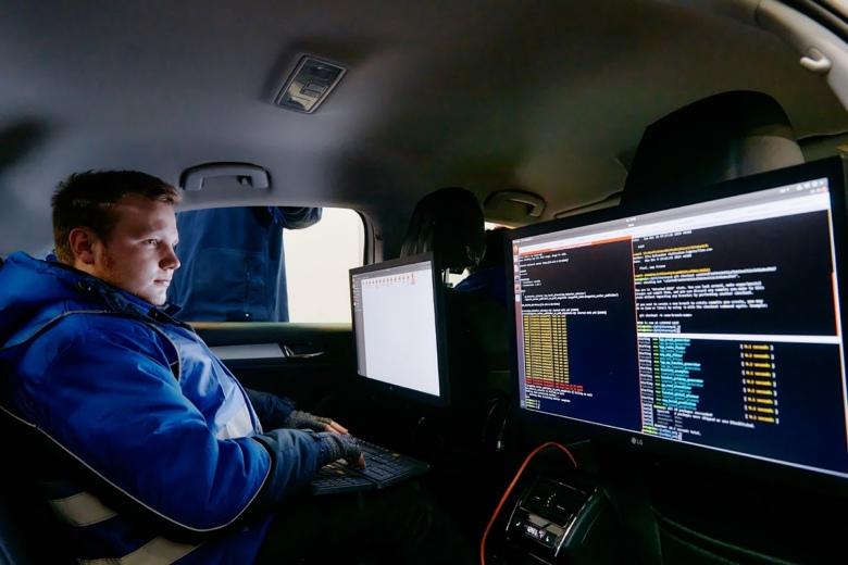 Второй инженер на заднем сидении снимает телеметрию и следит за поведением беспилотника