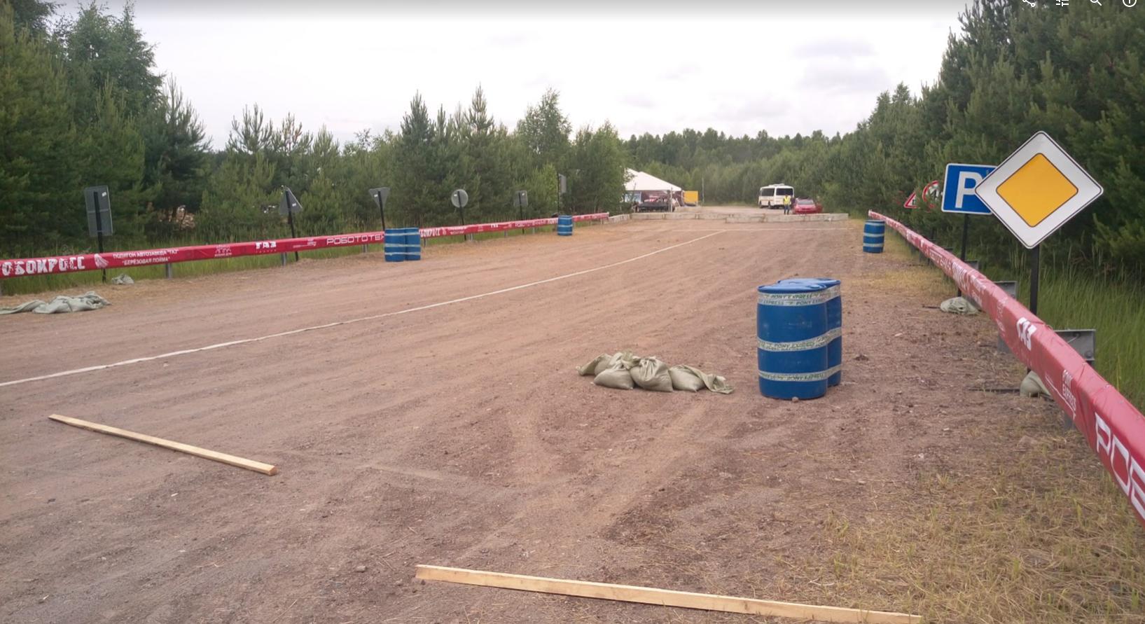 Типичный вид трассы РобоКросса. Бочки - это препятствия. Мешки с песком для устойчивости знаков.