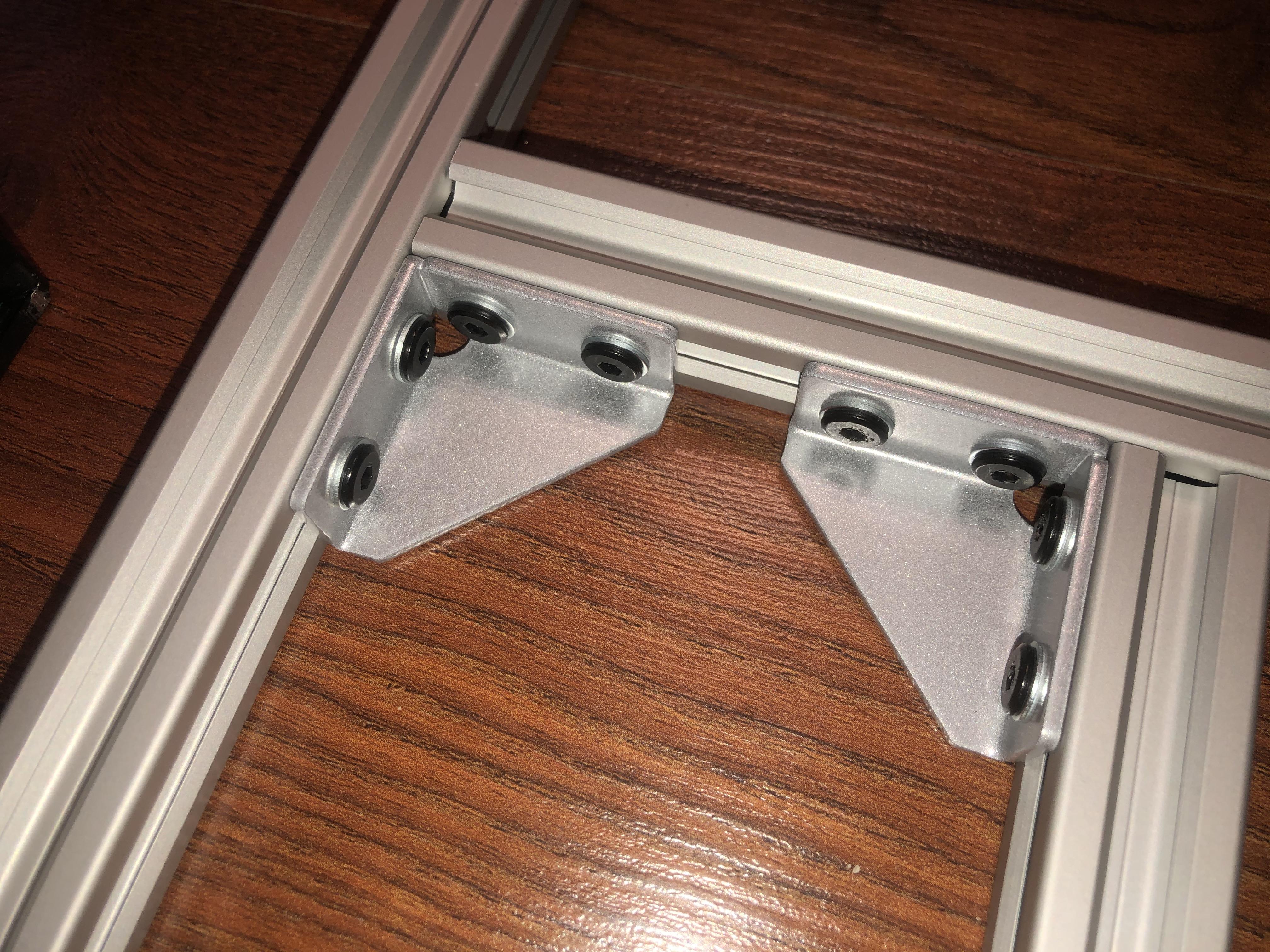 На эти уголки при помощи термоклея будет установлен блок питания
