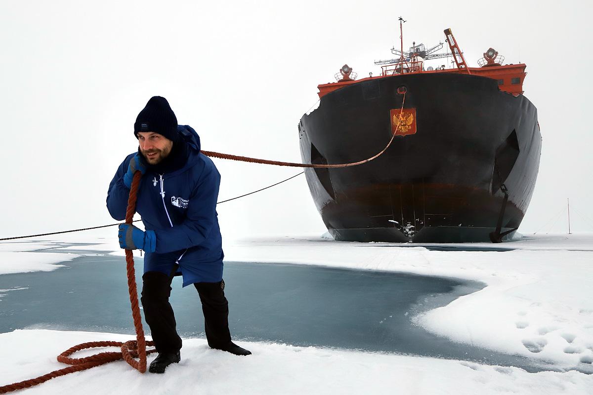 Пытаюсь продемонстрировать сложность судохождения во льдах Арктики в районе Северного полюса