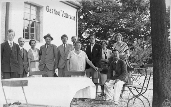 Эмми Нётер (в центре) с коллегами.