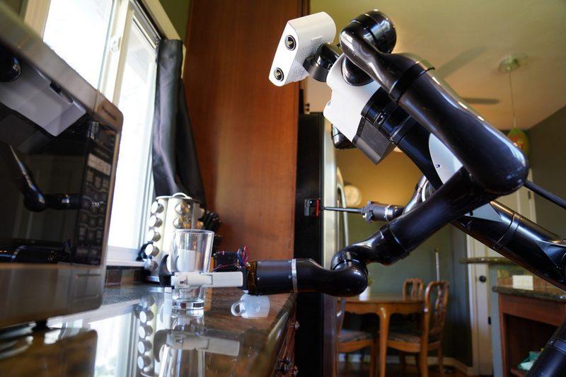 Робот Toyota демонстрирует способность решать сложные задачи в домашних условиях